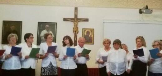 chór na tle krzyża
