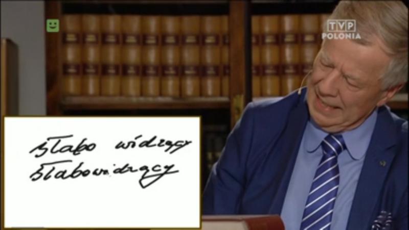 Na zdjęciu prof. Miodek zapisuje słowo słabowidzący pisane łącznie i oddzielnie