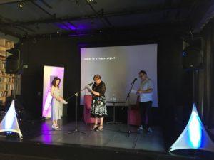 Pani Prezes Elżbieta Lipińska odczytuje podziękowania dyrektor Ani Jaworskiej za wygranie w konkursie Idol 2018