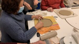 robienie talerzy na warsztatach ceramicznych